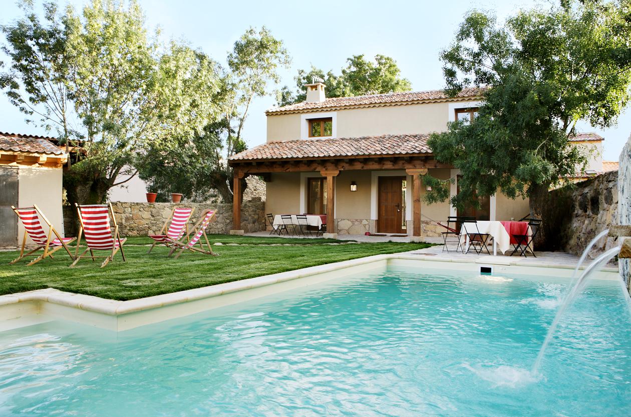 Casa rural con jard n pedraza el port n segoviano for Casas con piscina bucaramanga